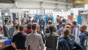 Agile Organisationsentwicklung: Mit Interesse verfolgen die Besucher die tägliche Synchronisation des Montageteams